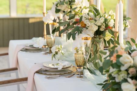 wunderschön dekorierter Tisch mit Blumen für Hochzeitsfeier