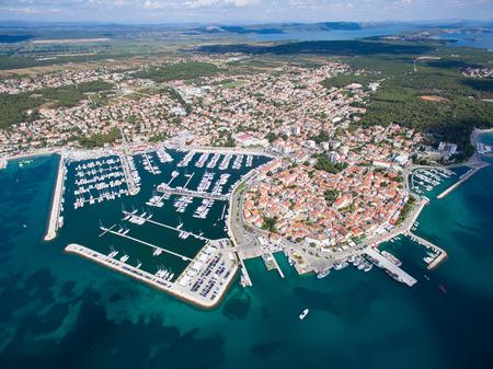 아드리아 해안, Biograd na moru, 크로아티아에 작은 마을의 공중보기 스톡 콘텐츠