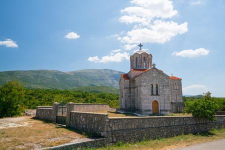 source d eau: église près de la source source d'eau Cetina karstique en Croatie