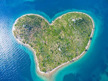 Luchtfoto van de hartvormige Galešnjak eiland aan de Adriatische kust van Kroatië.