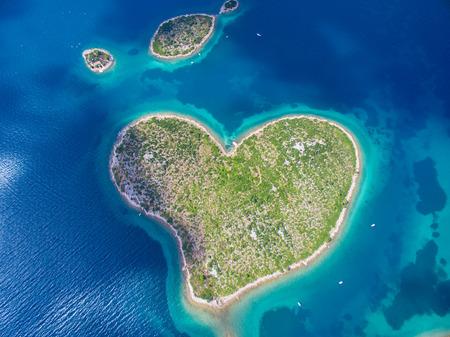 Letecký pohled na ostrov ve tvaru srdce Galesnjak na pobřeží Jaderského moře v Chorvatsku.