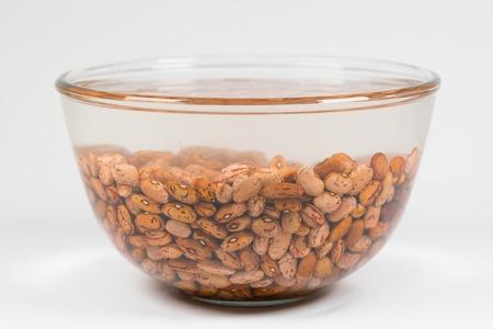 Gedroogde oranjekleurige bonen absorberen water