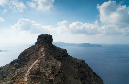 Image of Santorini island and the Skaros rock. 免版税图像