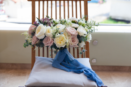 pink and white wedding bouquet with david austin roses 版權商用圖片