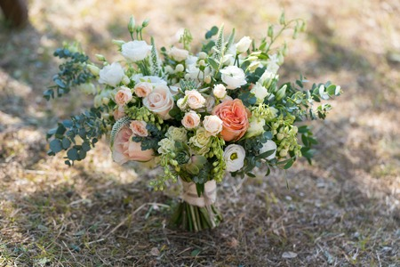 rustic wedding bouquet stands on the lawn 版權商用圖片