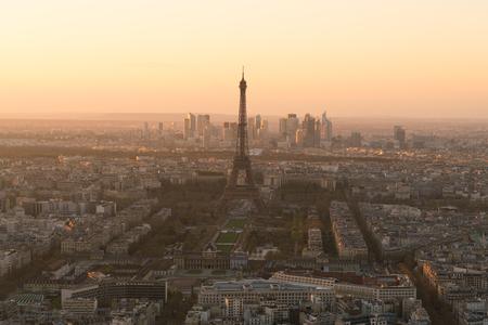 paesaggio urbano di Parigi con la torre eiffel al tramonto
