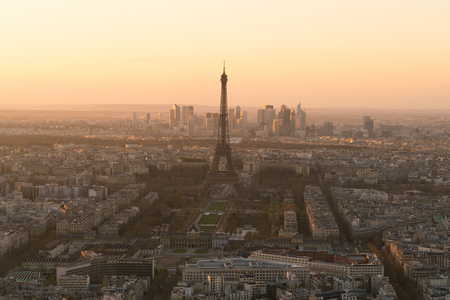 Paisaje urbano de París con la torre Eiffel al atardecer