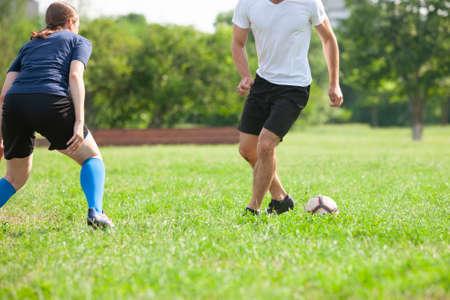 Fußball Fußball Anpfiff im Stadion Fußball Standard-Bild