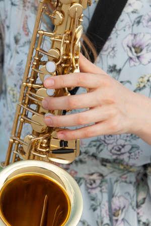 Les doigts sont prêts à jouer les touches du piano et les boutons du saxophone. Fermer Banque d'images