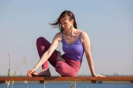 Yoga-Übung - Frau, die Yoga-Pose-Meditation im gesunden Konzept des öffentlichen Parksports macht Porträt Standard-Bild