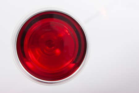 Glas Rotwein mit Schatten. Ansicht von oben. Nahaufnahme