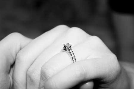 ring engagement: Diamond anillo de compromiso en la mano de Lady  Foto de archivo
