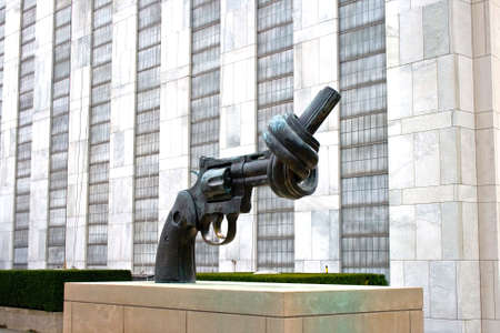 un: Statue of a gun with its barrel tied, outside the UN building, Manhattan, New York City.