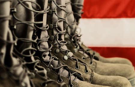 Salie groene militaire bestrijding van laarzen met de Amerikaanse vlag op de achtergrond.  Stockfoto - 7711721