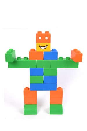 Een kind bouwstenen speelgoed gestapeld als een robot