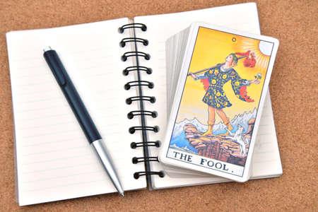 Tarotkaarten - The Fool, op boek Stockfoto