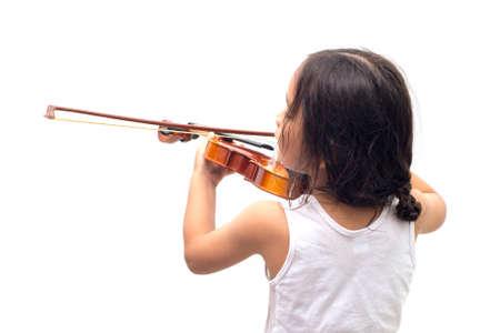 niños actuando: Muchacho asiático que juega el violín en camiseta aislada en el fondo blanco Foto de archivo