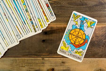 """Les cartes de tarot """"ROUE DE FORTUNE"""" sur la table."""