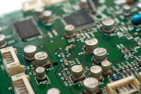 Nahaufnahme-Leiterplatte mit elektronischen Komponenten auf grün bedruckt