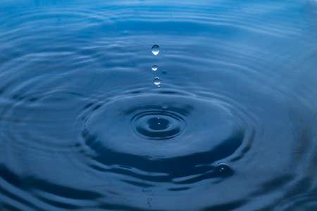 Goutte d'eau. Goutte d'eau bleue. Gros plan sur les éclaboussures d'eau. Banque d'images