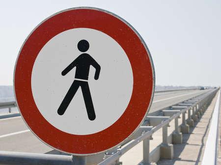 prohibido el paso: Un da�ado No violar firmar al lado de la autopista Foto de archivo