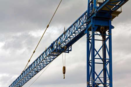 crane parts: Brazo de gr�a de torre contra un cielo nublado