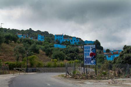 chose: Juzcar, Spagna - CIRCA giugno 2011: segno Puffi accoglie persone all'ingresso del paese intorno al giugno 2011 a Malaga, in Spagna. Il villaggio � stato dipinto di blu dopo che Sony ha scelto per la prima mondiale del nuovo film Editoriali