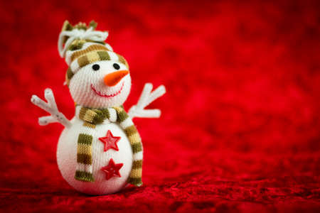 bonhomme de neige: Bonhomme de neige en laine sur un fond rouge