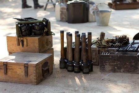 reenacting: Murcia, Spagna - 15 OTTOBRE: granate Antiche e proiettili. Storico Militare reenacting il 15 ottobre 2011 in Murcia, Spagna.
