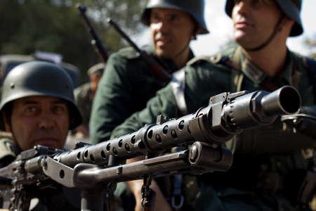 reenacting: MURCIA, SPAGNA - 15 OTTOBRE: Primo piano di soldati tedeschi con una mitragliatrice nel corso di una parata militare. Storico militare reenacting il 15 ottobre 2011 a Murcia, in Spagna. Editoriali