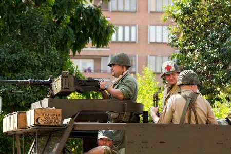 reenacting: Murcia, Spagna - 16 ottobre: ??soldati americani su un veicolo militare durante la Storico Militare Reenacting il 16 ottobre 2011 a Murcia, in Spagna.