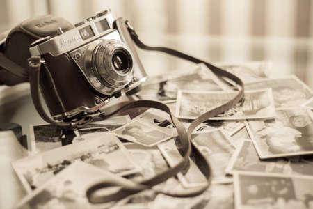 MALAGA, SPANJE - 6 maart 2011: Ouderwetse Kodak-camera met een aantal oude foto's over de tafel.