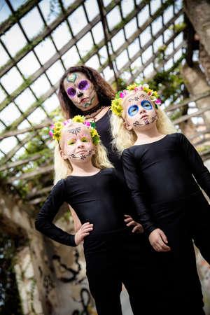 black girl: Frau und Zwillingsschwestern mit Halloween Make-up in verlassenen Haus