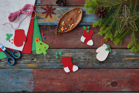 Handgemachtes Weihnachtsspielzeug aus Filz mit eigenen Händen herstellen. DIY-Konzept für Kinder. Weihnachtsbaumdekoration oder Grußkarte herstellen Standard-Bild