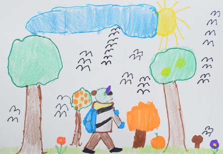 Kinderzeichnung: Ein Junge mit einer Tasche geht durch den Herbstpark zur Schule. Zurück zum Schulkonzept.