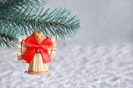 Met de hand gemaakt Kerstmisspeelgoed van stro op witte achtergrond. Gelukkig nieuwjaar en vrolijke kerstkaart. Stockfoto