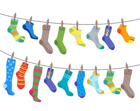 Los calcetines coloridos de la diversión fijados cuelgan en la cuerda. Vector