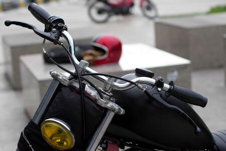 head light: Parte frontal de la motocicleta y la luz de la cabeza amarilla