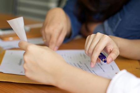 タマン女性契約の書類を記入 写真素材