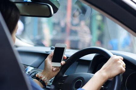conduciendo: Utilice el tel�fono inteligente en la mano mientras se conduce