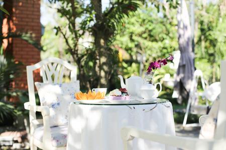 庭で午後の紅茶とケーキ、フルーツ オレンジ