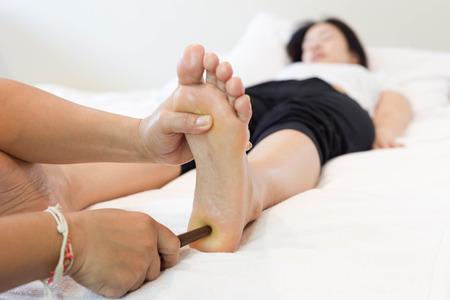 reflexologie: femme recevant un massage des pieds Réflexologie dans le spa Banque d'images
