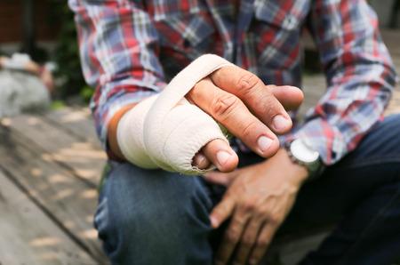 Splint broken bone  hand Injured in blur background Standard-Bild