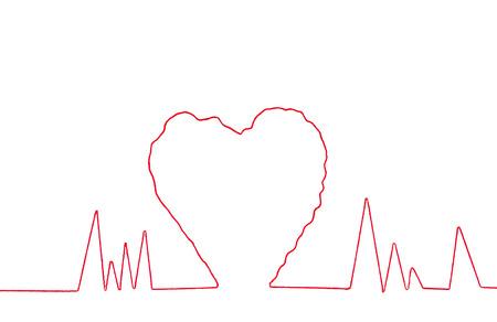 hilo rojo: Hilo rojo en la muestra del coraz�n forma aislada sobre fondo blanco