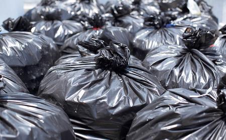 Haufen von schwarzen Müllsack auf der Straße Standard-Bild - 39347143