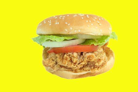 hamburguesa de pollo: Crujiente de pollo hamburguesa con lechuga y tomate en el fondo blanco