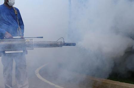 dengue: Uomo non identificato appannamento zanzara per prevenire di febbre dengue