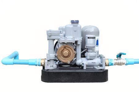 bomba de agua: bomba de agua automática con la tubería azul aislado en el fondo blanco