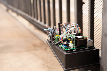 puertas de hierro: Puerta de control electr�nico del motor sistema con cables industriales Foto de archivo