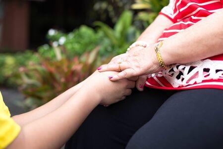manos juntas: Mujer de edad avanzada y la celebración de las manos del niño, junto